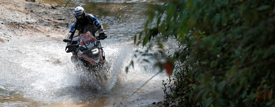 Video: Mud, sweat and the clash of titans in Thailand