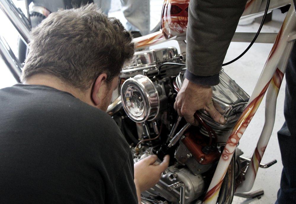 Adjusting valve lash